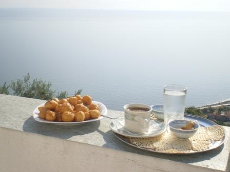 Λουκουμάδες και ελληνικός καφές με θέα το Αιγαίο πέλαγος