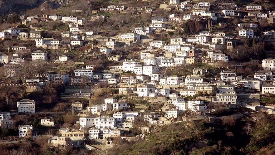 Η Μακρυνίτσα χτισμένη σε μιά απότομη πλαγιά με θέα στο Βόλο και τον Παγασητικό κόλπο
